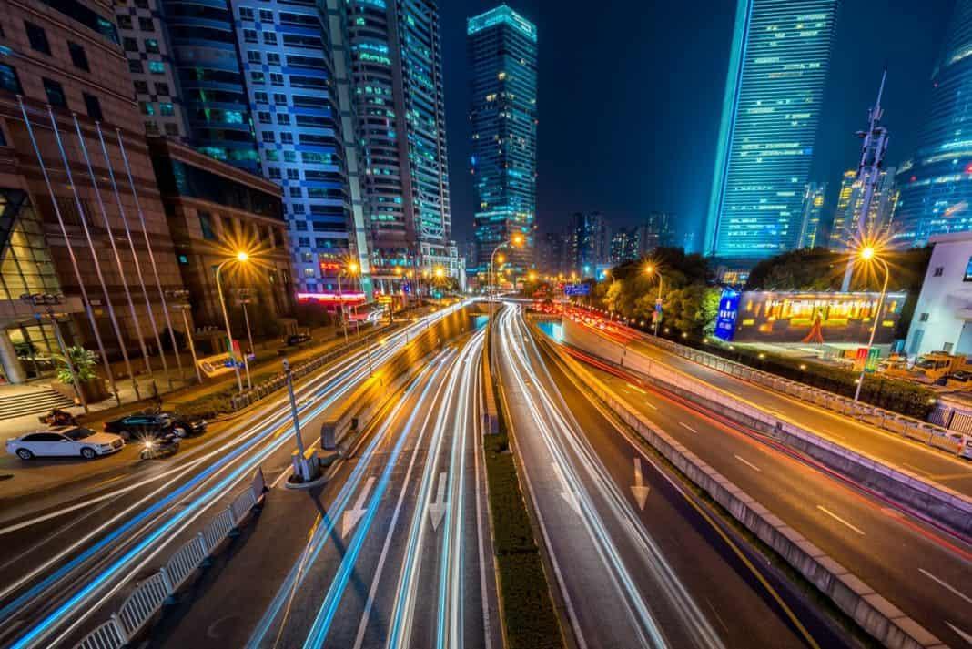 Cidade noturna em movimento de carros em uma avenida