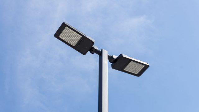 Fotografia de um poste de iluminação pública inteligente, com luzes sustentáveis e sensores de clima e movimento