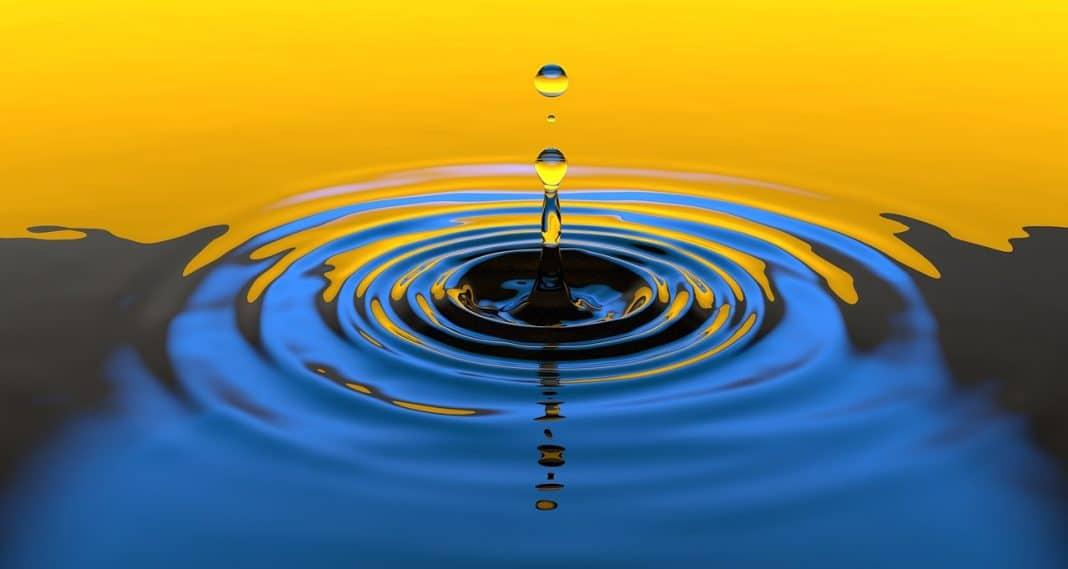 fotografia de uma gota caindo na água