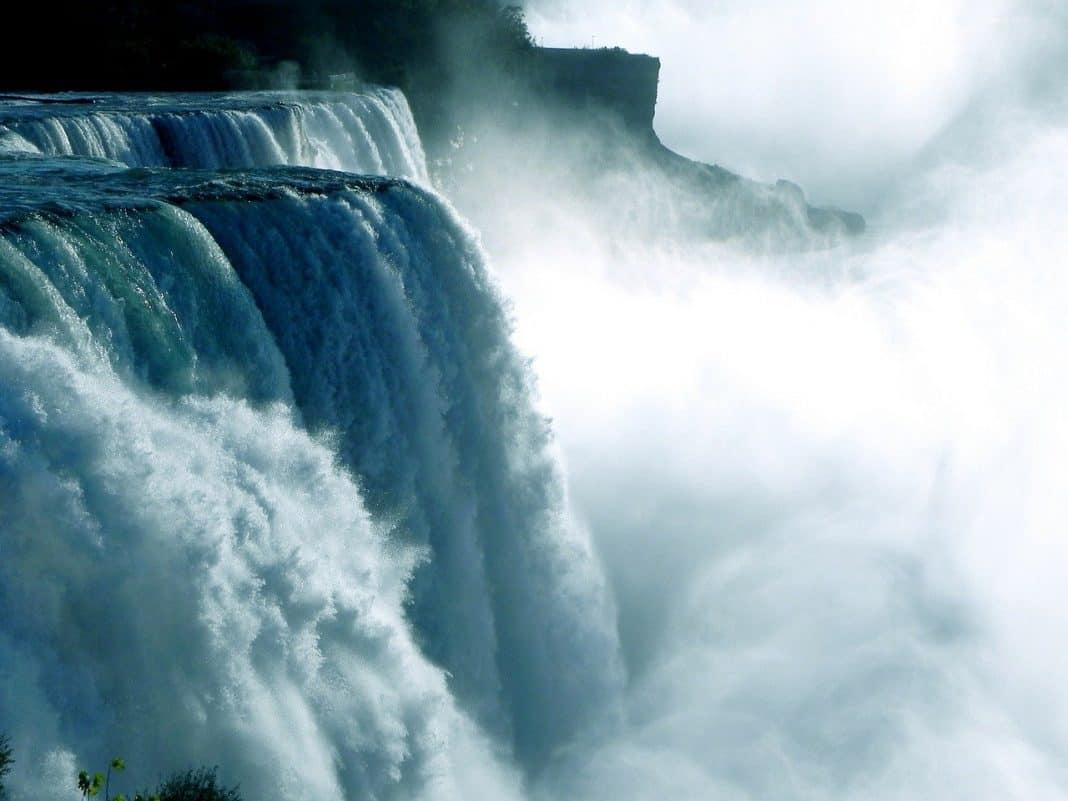 Fotografica de água jorrando em cachoeira