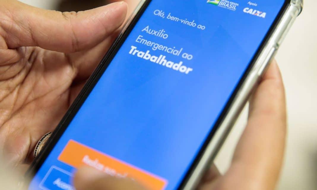 Fotografia de tela do celualr com o aplicativo do auxílio emergencial do governo federal