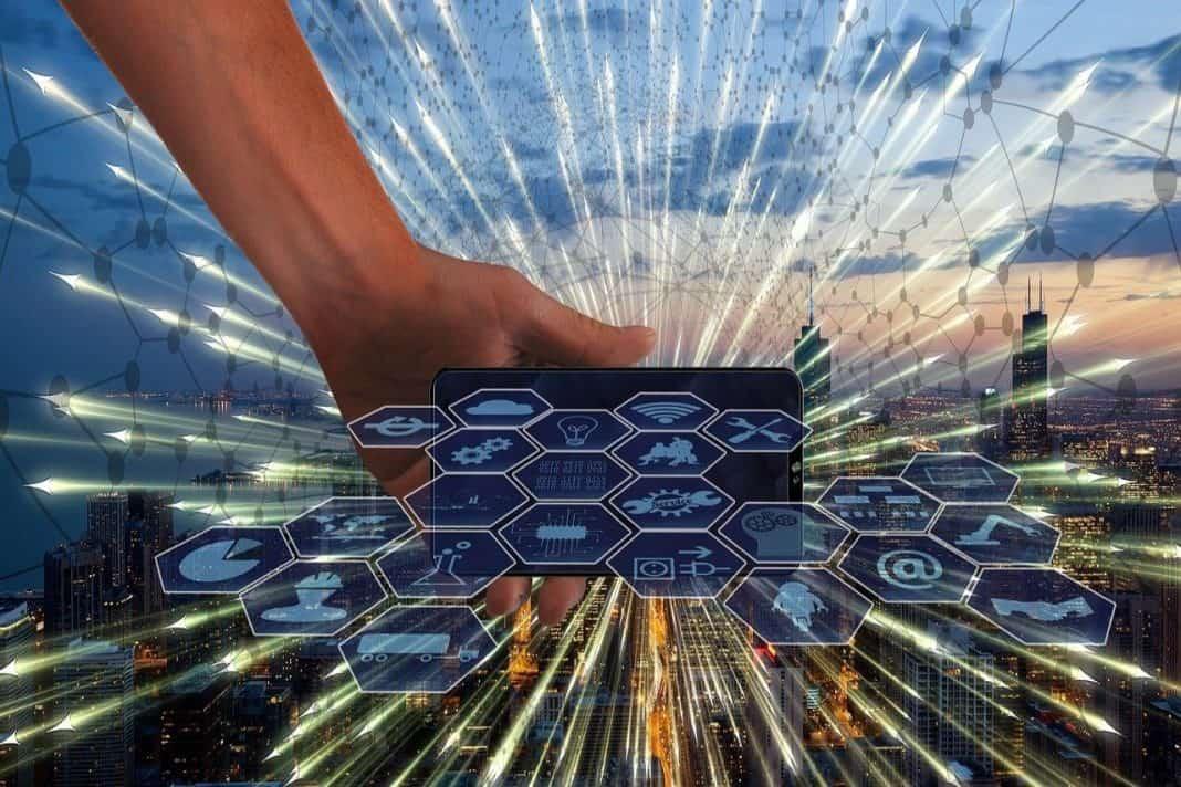 Fotografia de cidade inteligente com elementos gráficos da representação de internet das coisas e conexão tecnológica com a cidade, a mobilidade urbana e demais serviços ofertados