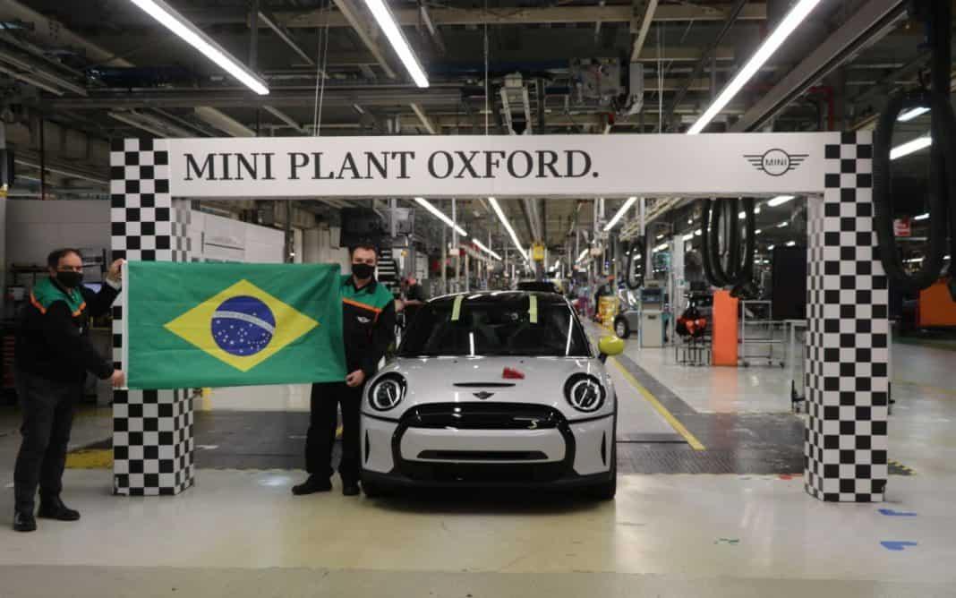 Fotografia do carro elétrico Mini na fábrica em Oxford