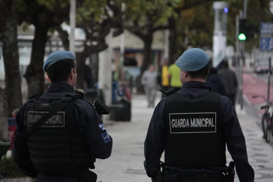 Fotografia de dois homens de costas com o uniforme da Guarda Municipal em Balneário Camboriú