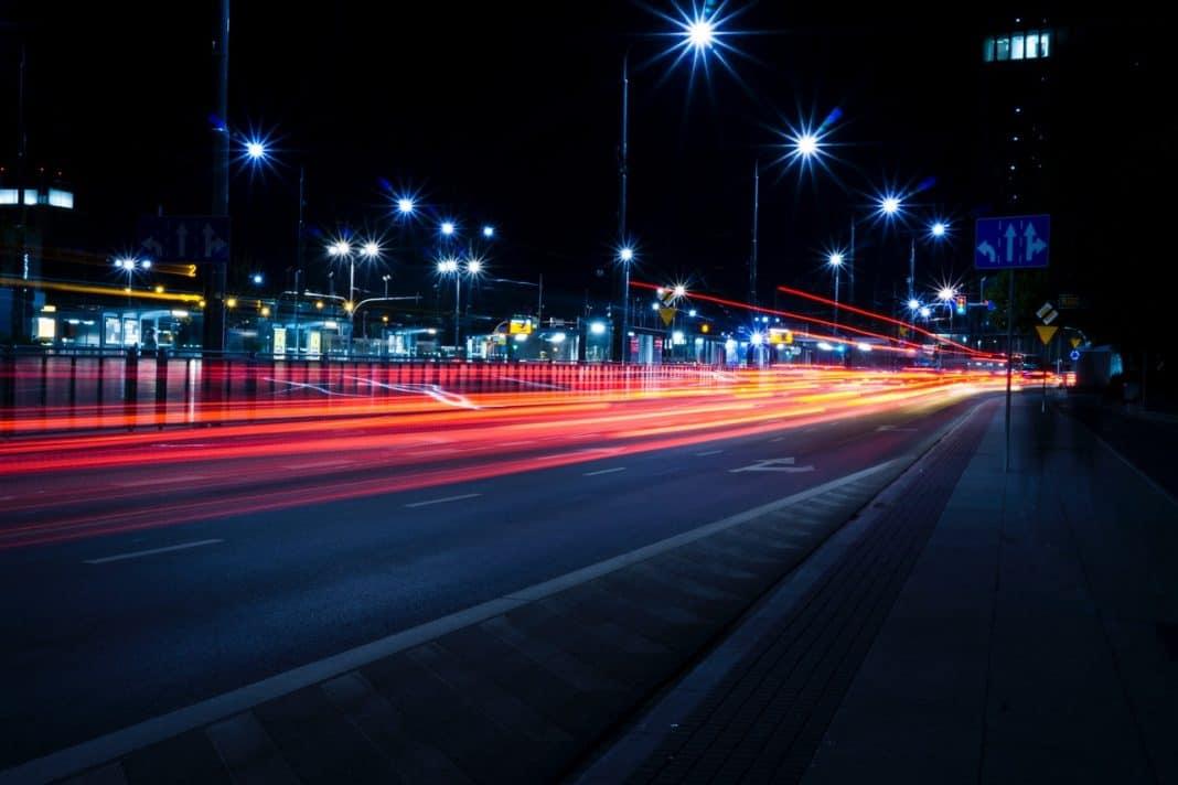 Fotografia noturna de rua destacando a iluminação pública