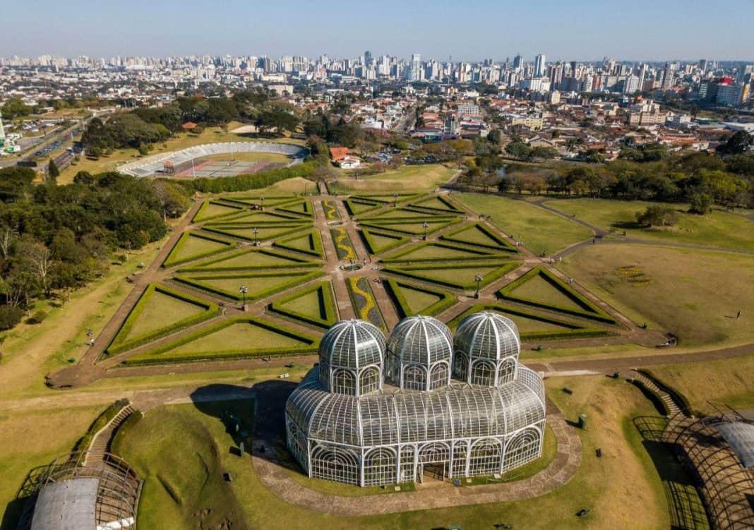 Fotografia do Janrdim Botânico de Curitiba com a cidade ao fundo