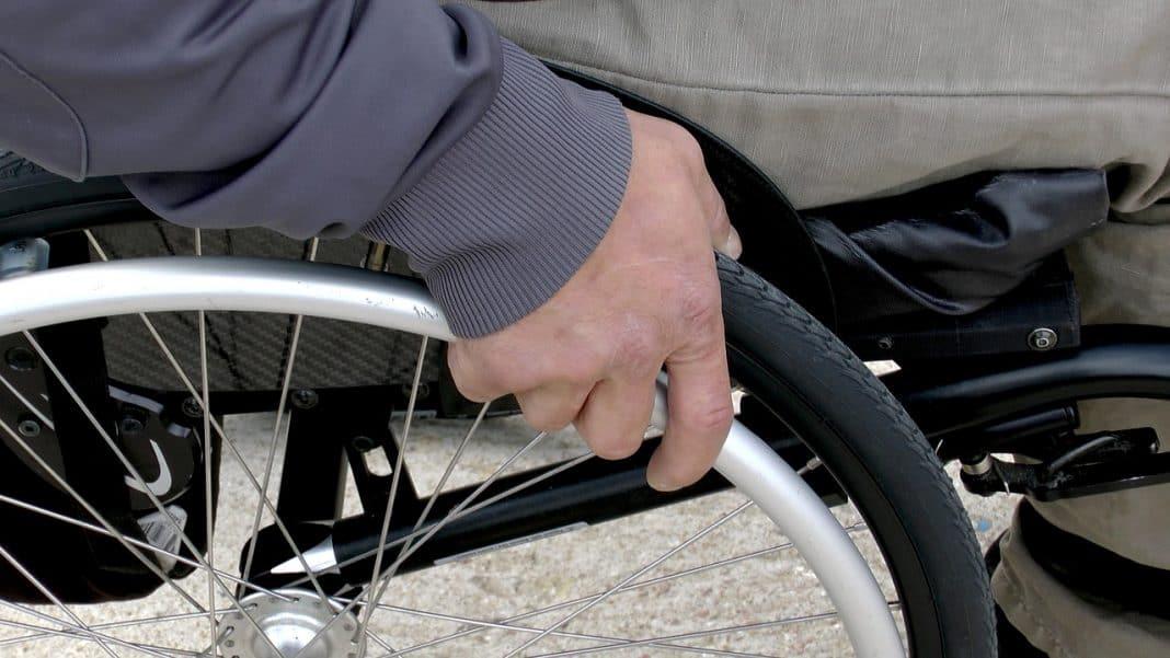 Pessoa com deficiência em cadeira de rodas