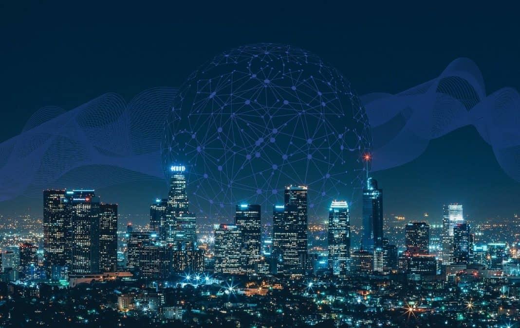 Fotografia de vista noturna de cidade inteligente, com as várias conexões de uma smart city, como redes de tecnologias de forma ilustrada