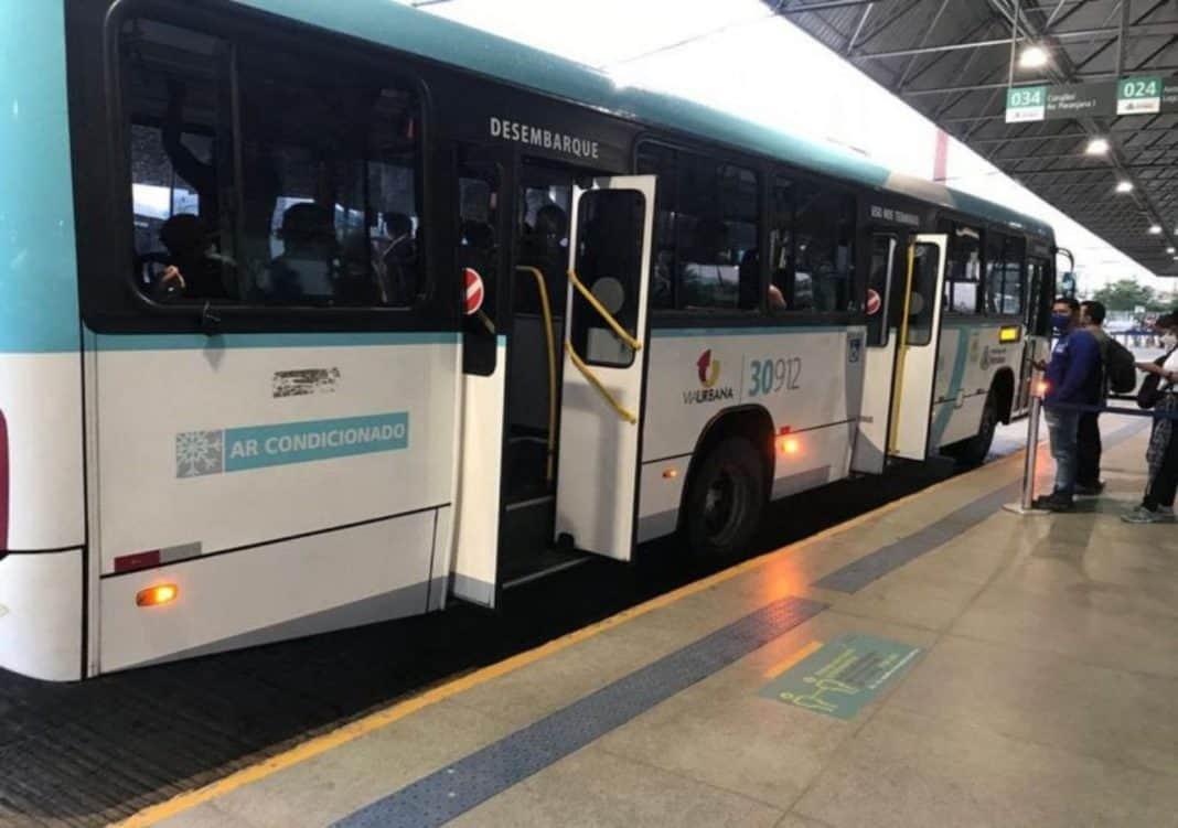 Fotografica de plataforma de embaca com onibus de transporte coletivo urbano