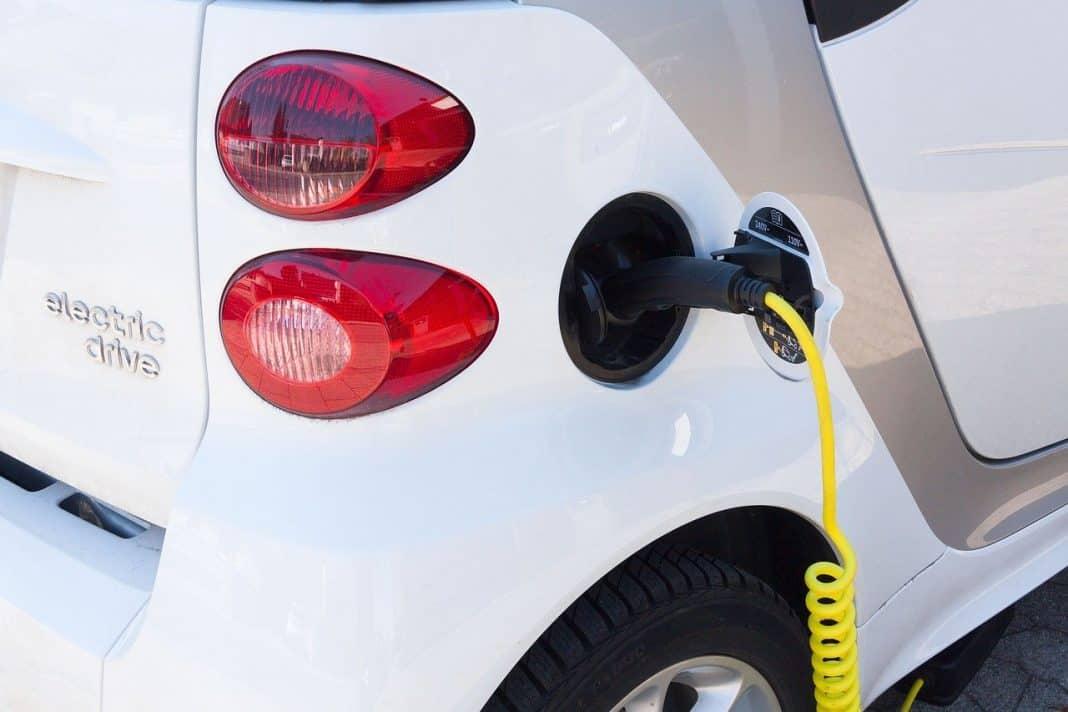 Carro elétrico em carregamento de bateria