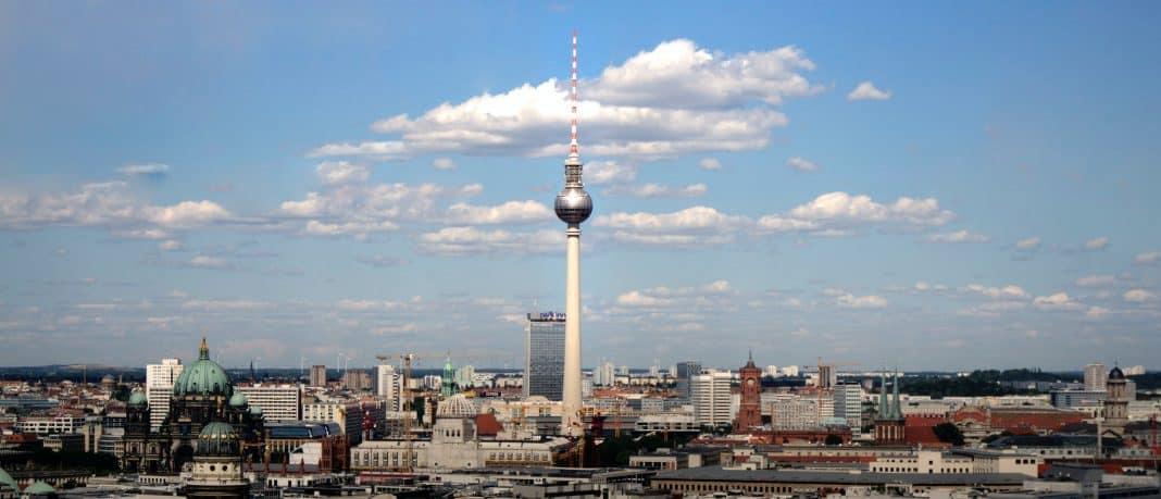 Fotografia área da cidade de Berlim, em que é possível ver a torre de TV Berliner Fernsehturm no meio.