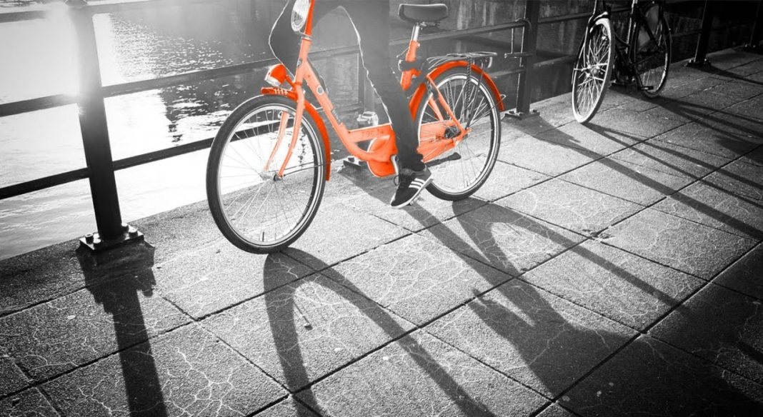 Fotografica de inidivíduo de bicicleta mostrando a micromobilidade