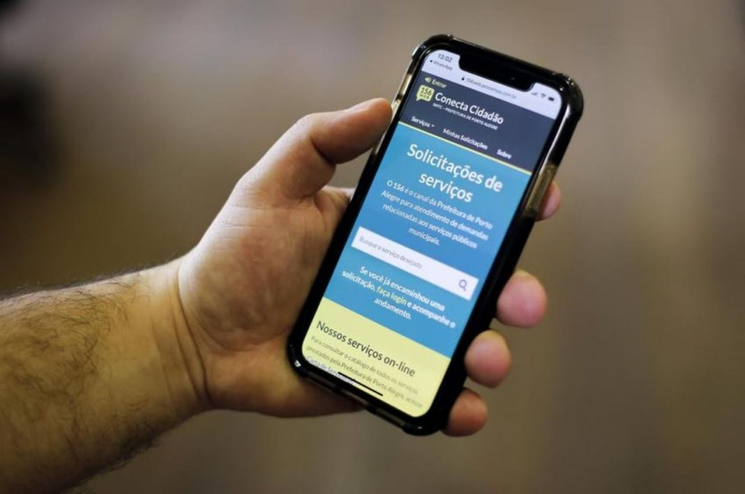 Fotografia de celular com aplicativo de modernização dos canais de comunicação da Prefeitura de Porto Alegre