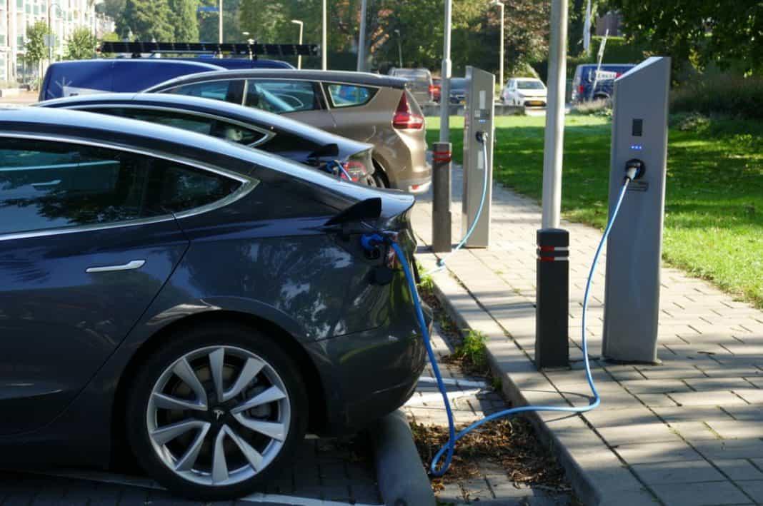 Fotografia de carro elétrico fazendo referência à Plataforma Nacional de Mobilidade Elétrica