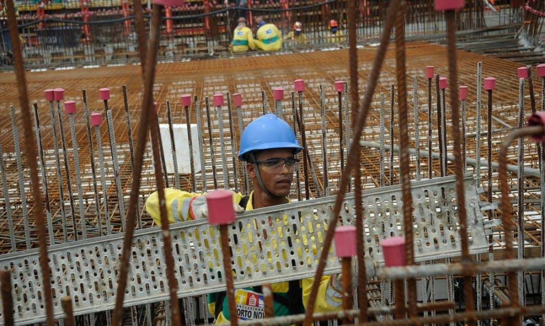 Fotografia de trabalhador na construção civil