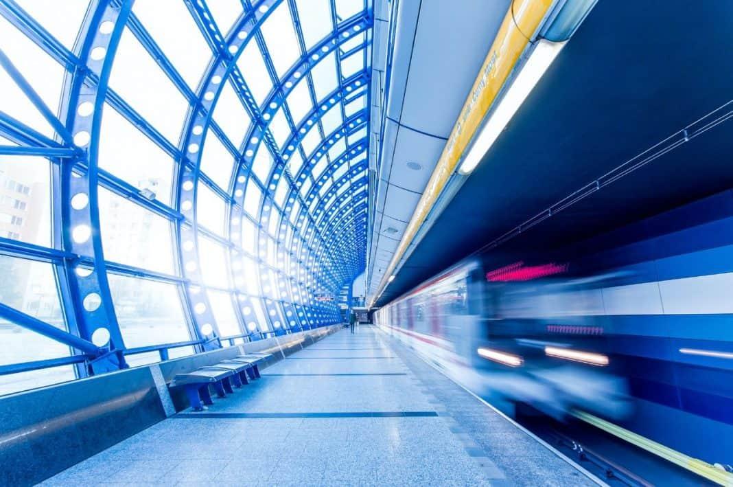 Plataforma de embarque de metrô em referência à eficiência energética dos Estados Unidos e ANPTrilhos