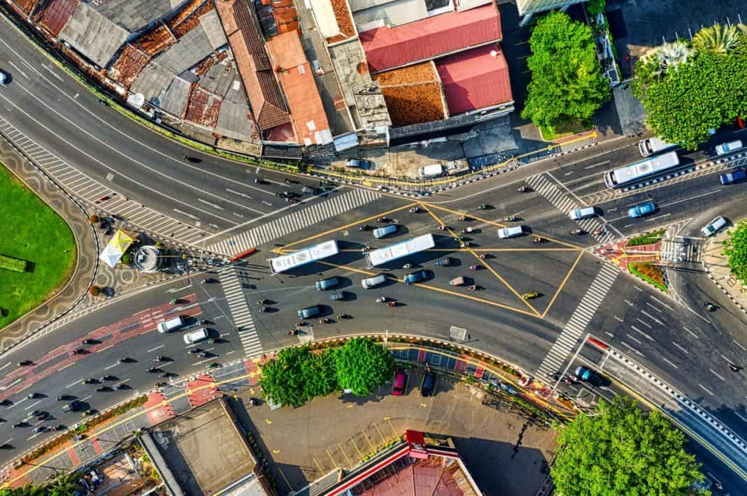 Fotografia de vista aérea de avenida cruzamento urbao