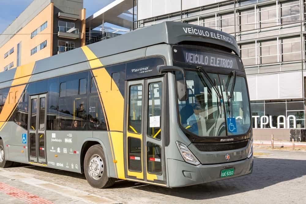 Fotografia da mobilidade elétrica com de ônibus elétrico em espaço urbano