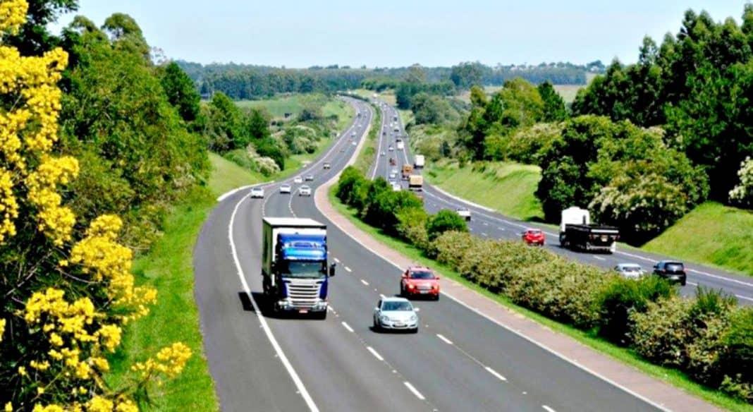 Fotografia de transportes em rodovia