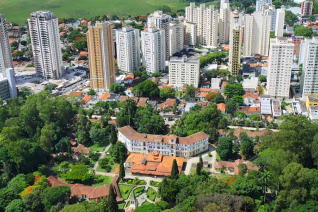 Vista aérea da cidade de São José dos Campos exemplo que terá certificação de cidades inteligentes