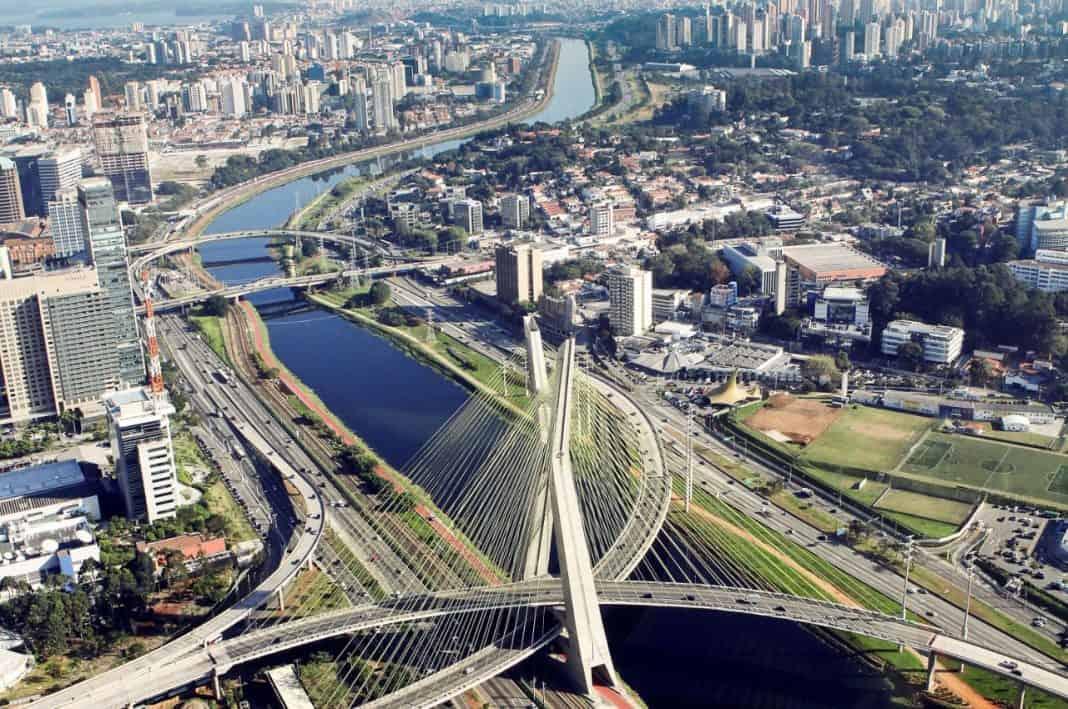 Fotografia aéria da mobilidade de São Paulo com foto na ponte