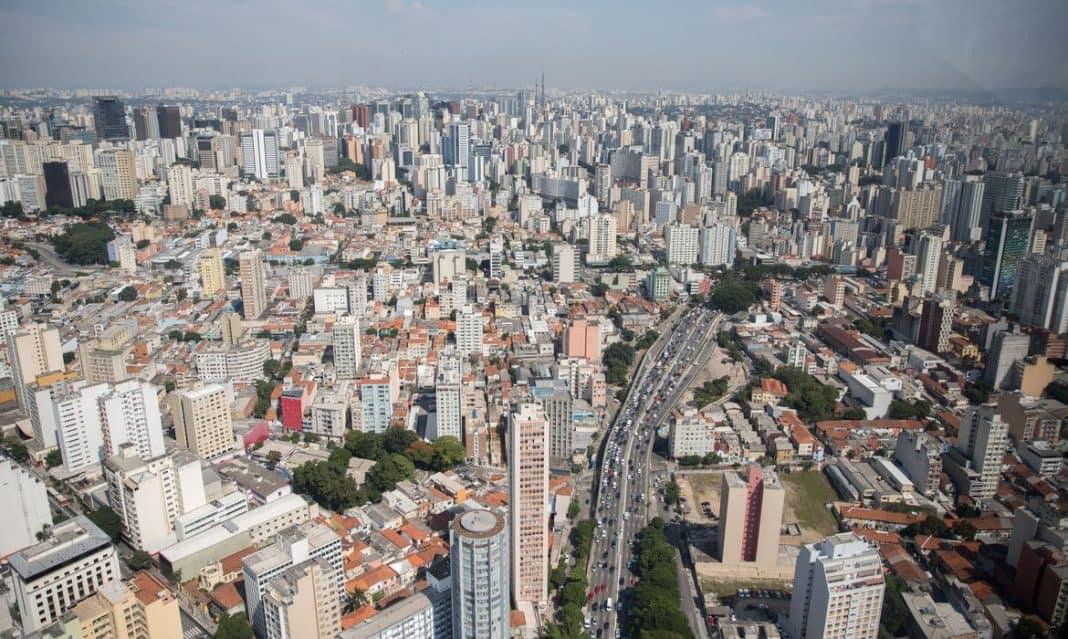 Fotografia aérea da capital paulista em referência à DESTAQUES MERCADO IMOBILIÁRIO: SÃO PAULO, CURITIBA E FORTALEZA
