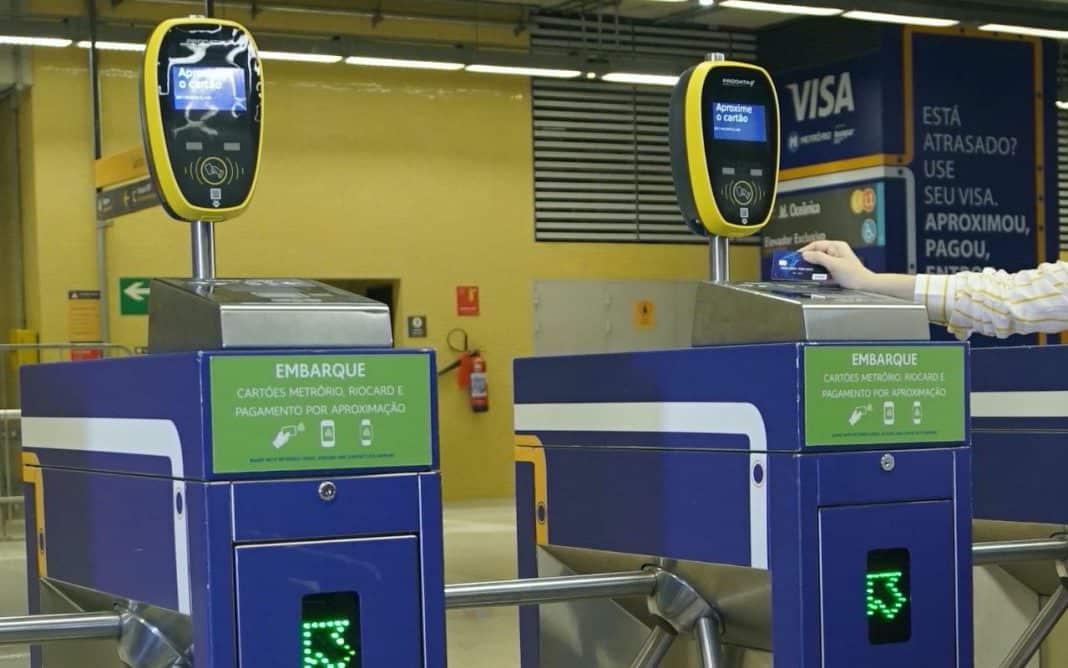 Fotografia de catraca de embarque de metrô com pagamento por aproximação com cartão de crédito