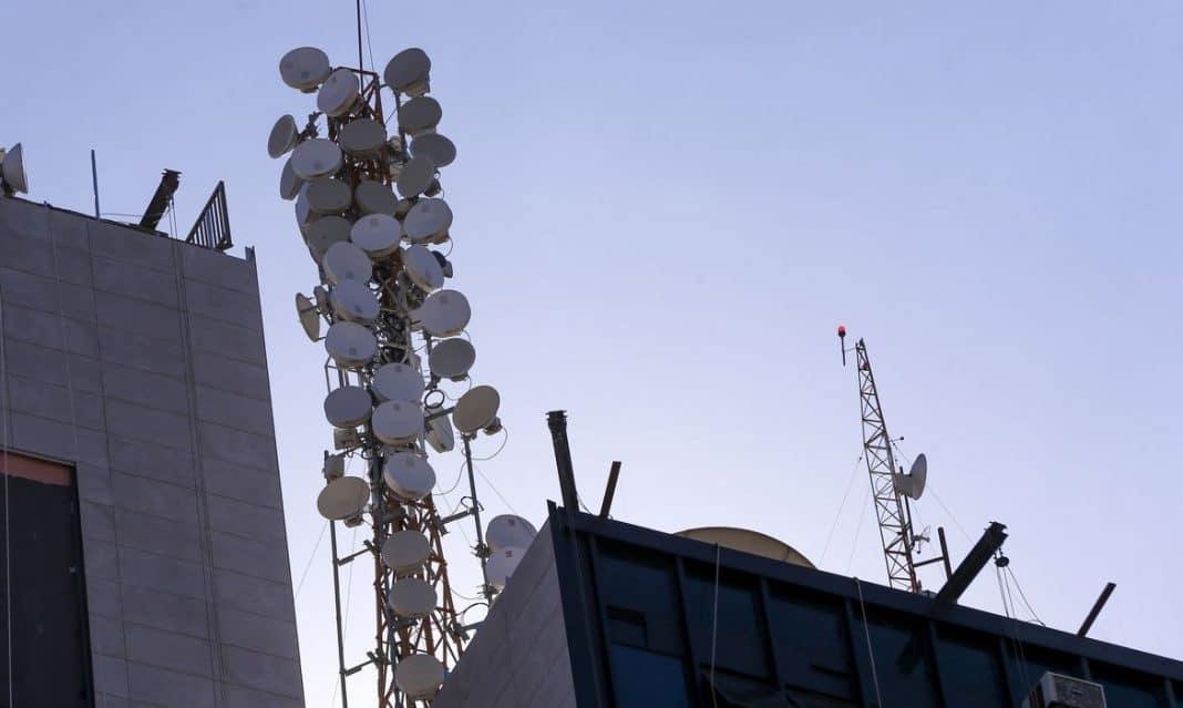 Fotografia de antenas celulares anatel
