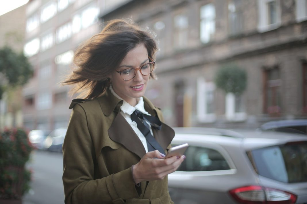 Fotografia de mulher acessando carros por assinatura