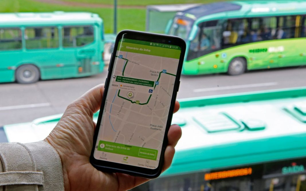 Fotografia de aplicativo de ônibus na mobilidade urbana