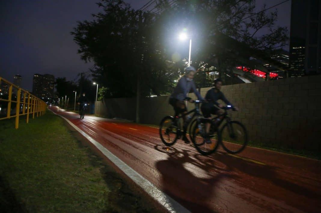 Fotografia de iluminação em ciclovia