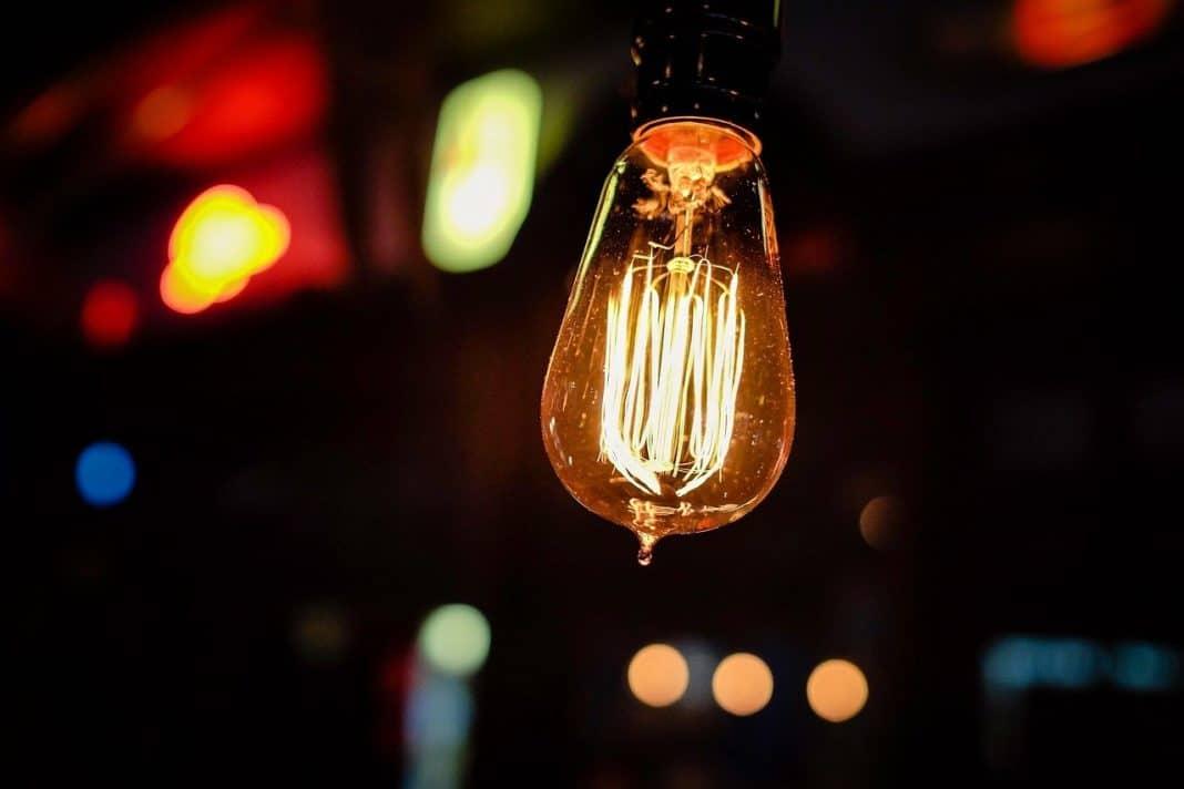 Fotografica relacionando lâmpada com inovação no paraná