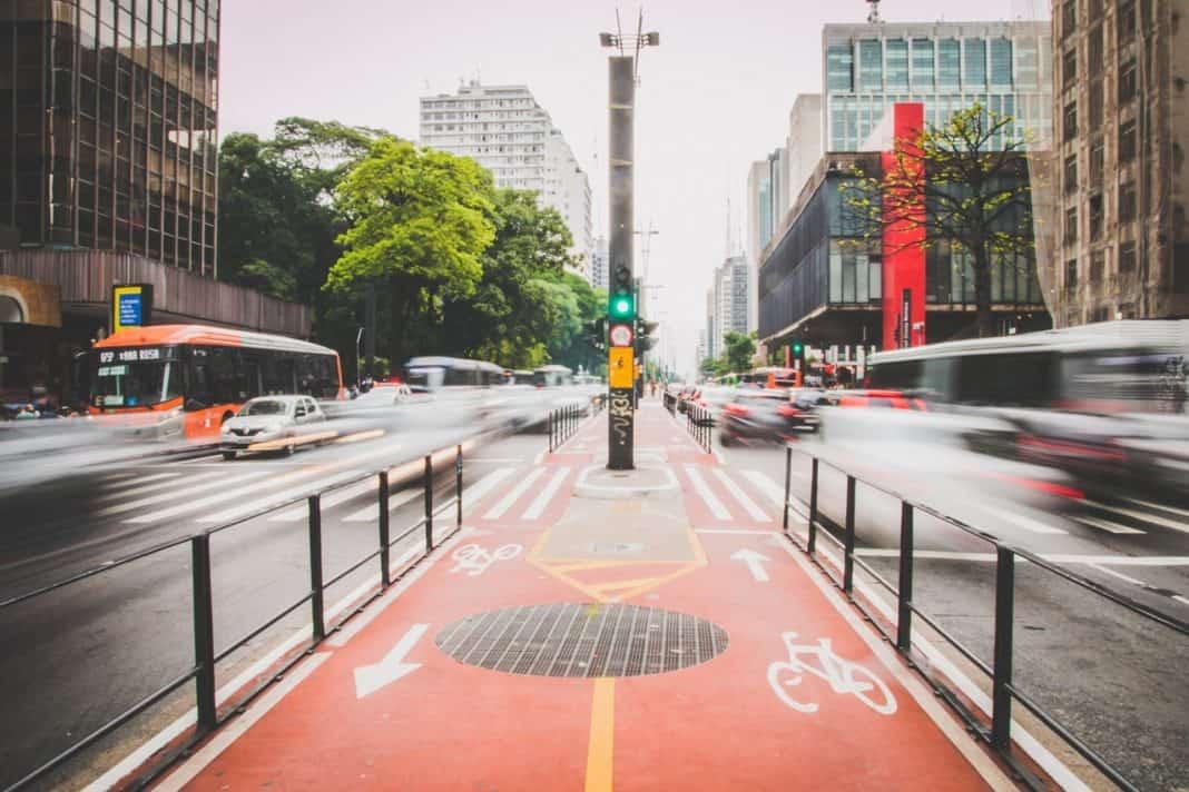 Fotografica e avenida em referência ao Desenvolvimento Orientado ao TRANSIT ORIENTED DEVELOPMENT