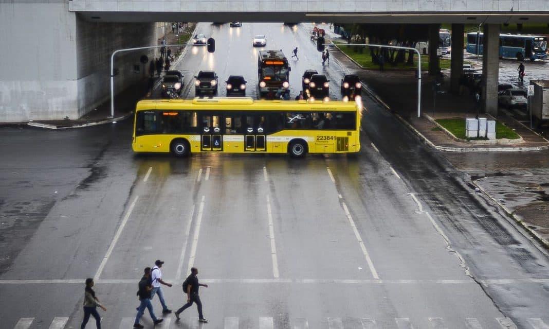 Fotografia de ônibus sobre Maio Amarelo