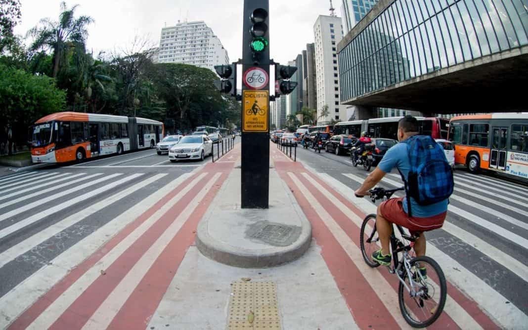 Fotografia de avenida em referência ao TOD, metodologia para cidades