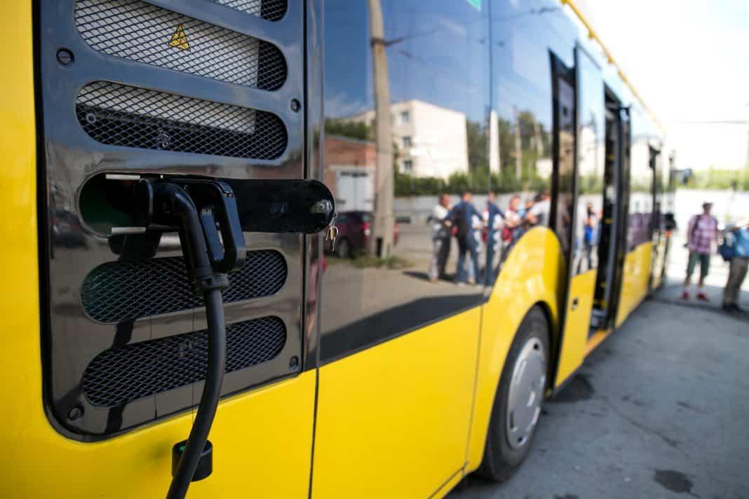 Carregamento de bateria do ônibus de energia
